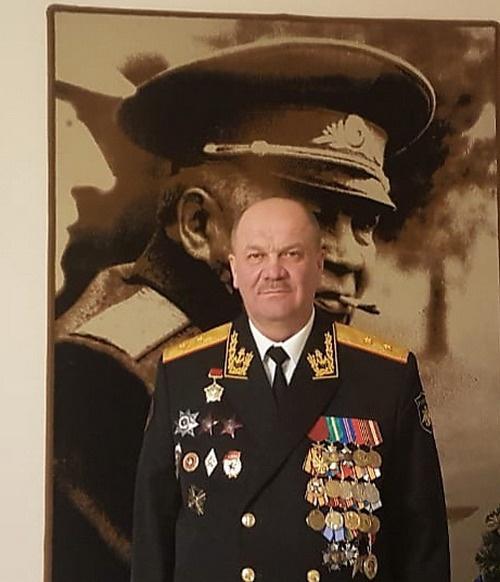Генерал-лейтенант Александр Колпаченко на фоне портрета отца-основателя ВДВ Василия Маргелова.