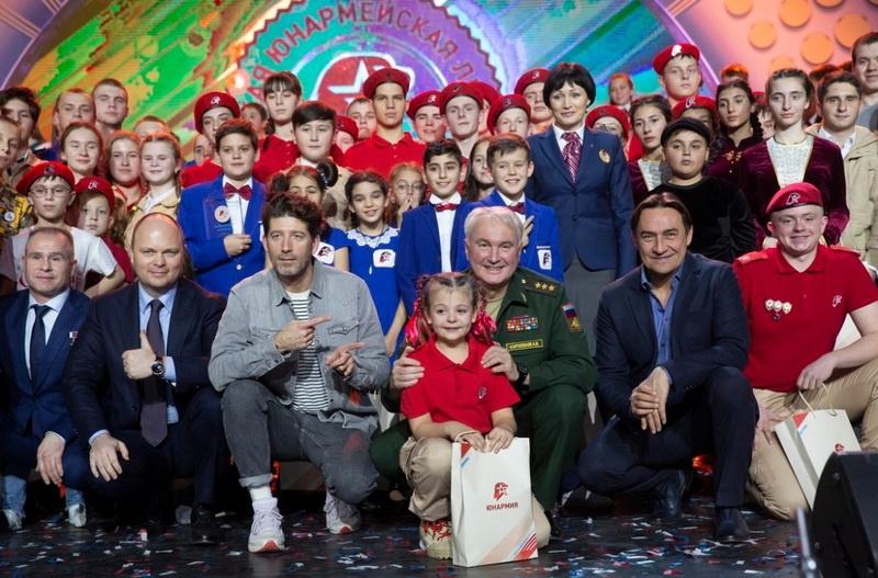 Замминистра обороны РФ Андрей Картаполов с участниками первого Всероссийского фестиваля юнармейской лиги КВН.