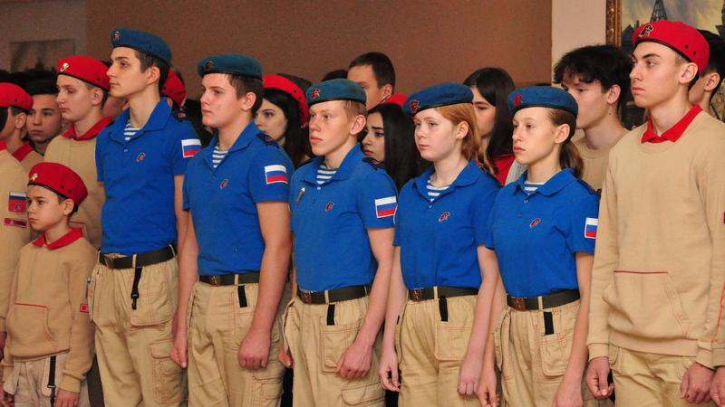 В «ЮНАРМИИ» есть лётчики, есть десантники. У них даже своя форма: они береты носят голубые.