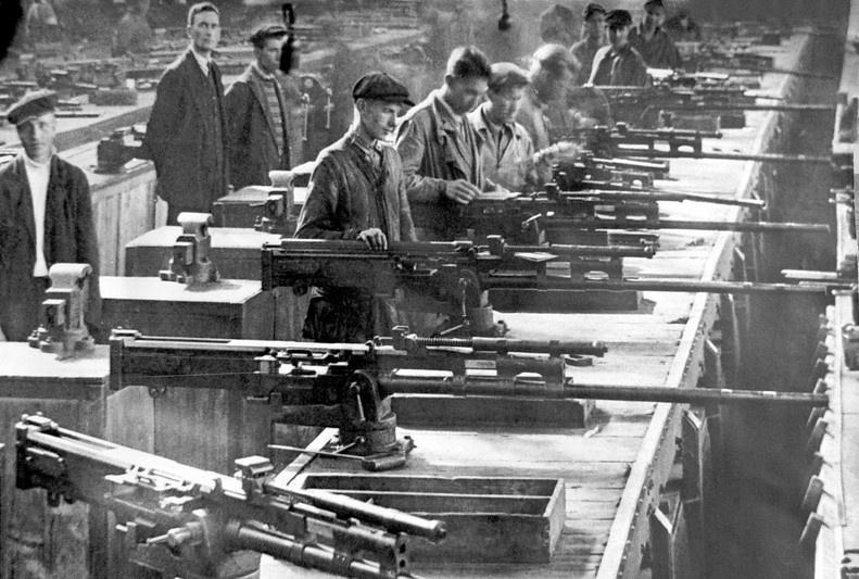 Серийное производство пушки ВЯ на заводе им. Ленина в Златоусте.