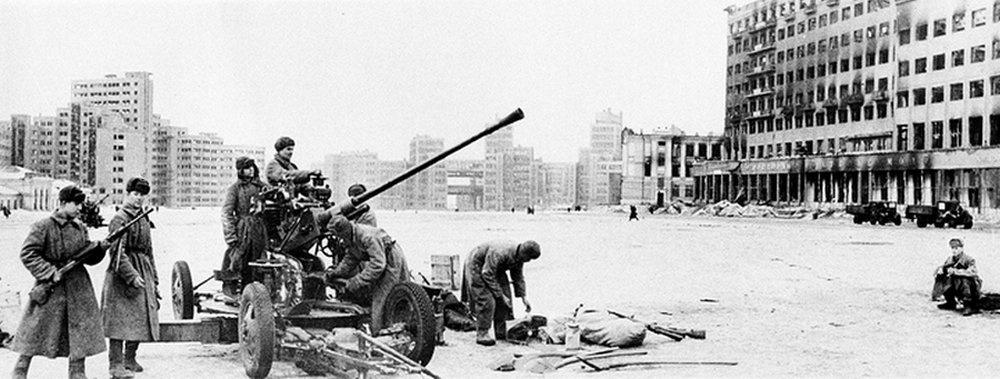 Расчёт советской 37-мм автоматической зенитной пушки образца 1939 года (61-К) на площади Дзержинского во время Третьей битвы за Харьков.