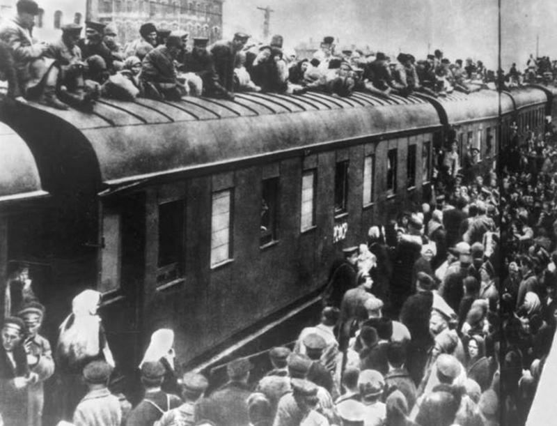 На железнодорожном транспорте царил несусветный хаос.