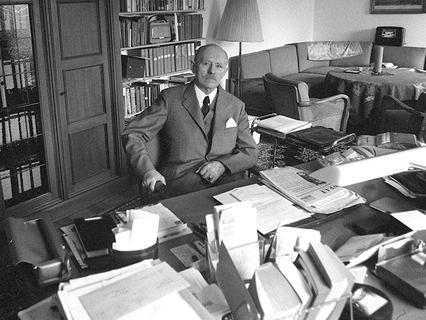 Рейнхард Гелен служил гитлеровской Германии, потом - «демократическим» США, а в 1957 году был назначен главой западногерманской разведслужбы - БНД.