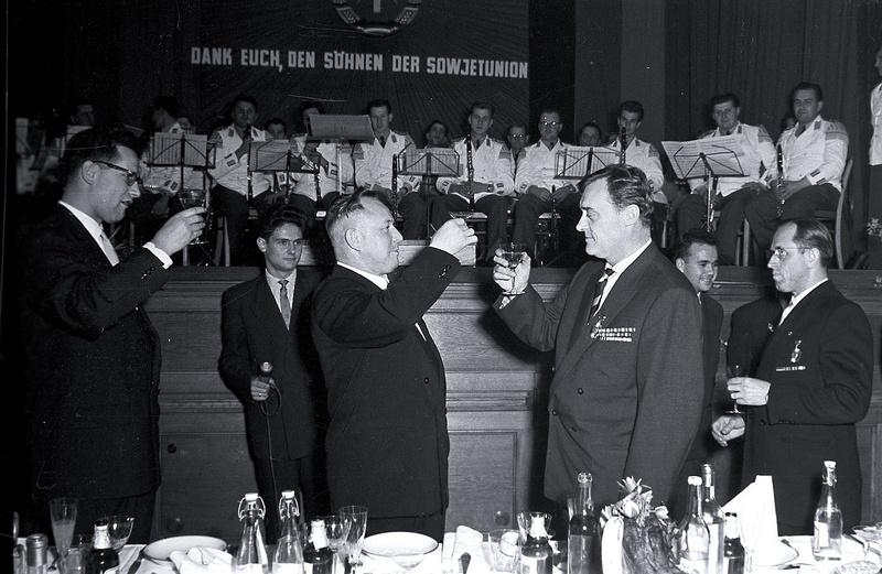 Маркус Вольф (крайний слева), Эрих Мильке и Александр Коротков.