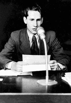 Вольф во время работы в радиоредакции.