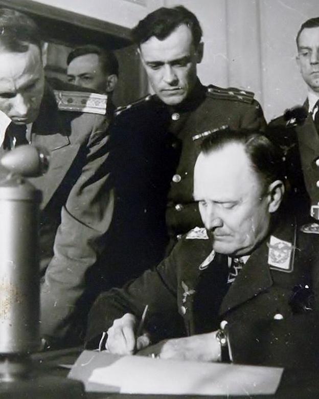 Полковник Коротков и генерал-полковник Ганс-Юрген Штумпф во время подписания капитуляции Германии.