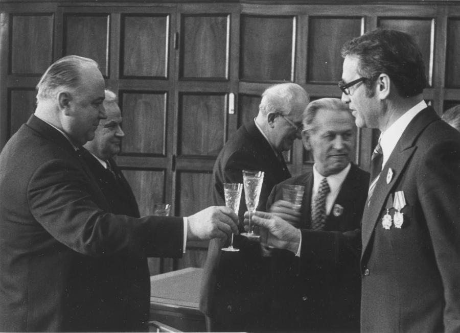 Цвигун (слева) и Маркус Вольф (справа). На заднем плане по центру - Ю.В.Андропов.