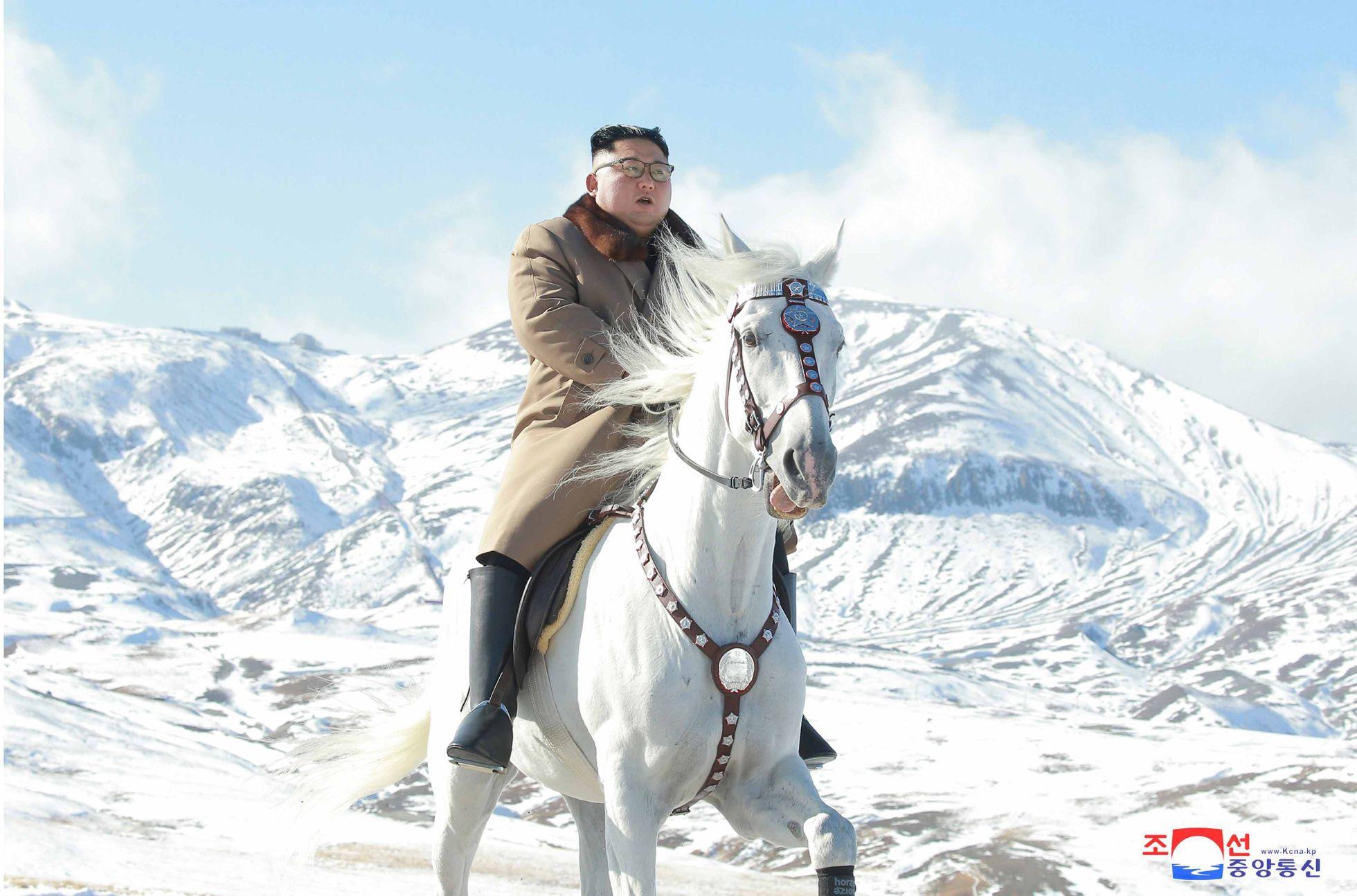 Лидер Северной Кореи Ким Чен Ын на белом коне поднялся на самую высокую вершину страны - гору Пэктусан, считающуюся священной в КНДР.