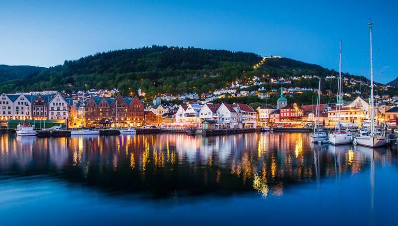 Несмотря на живописный вид, город Берген более известен профессионалам как место поблизости от базы ВМФ, на которую ежегодно заходят от 30 до 40 субмарин НАТО.