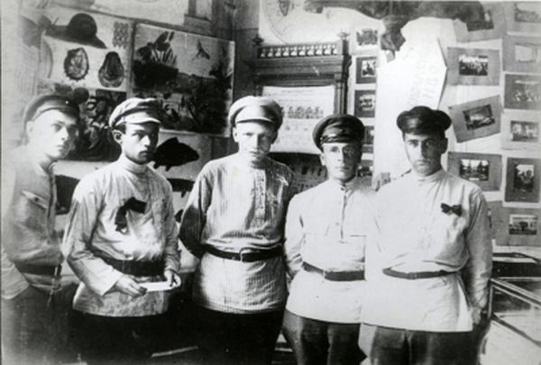 Сотрудники выставки «Жизнь Красных Армии и Флота». Верхние торговые ряды (ныне ГУМ), 1920 г.
