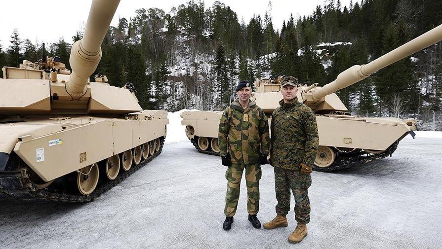 Норвежский и американский военные на фоне танков Abrams M1A1.