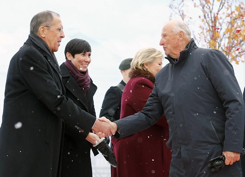 Министр иностранных дел РФ Сергей Лавров и король Норвегии Норвегии Харальд V в Киркенесе.