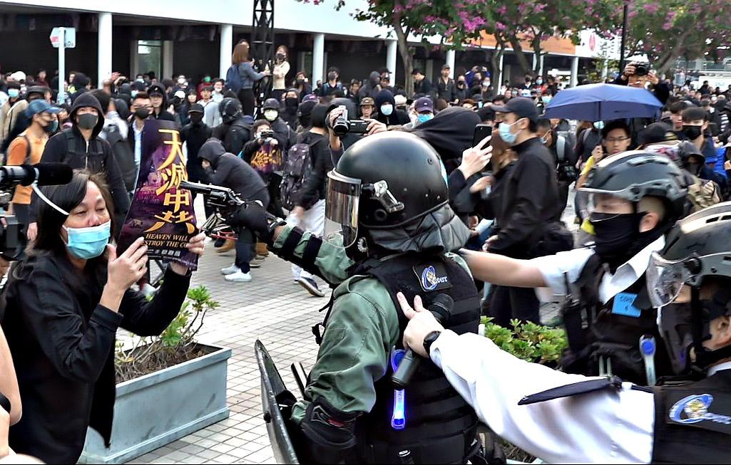 Жёсткие действия полиции Китая в рамках закона начали оказывать сильное влияние на настроения протестующих.
