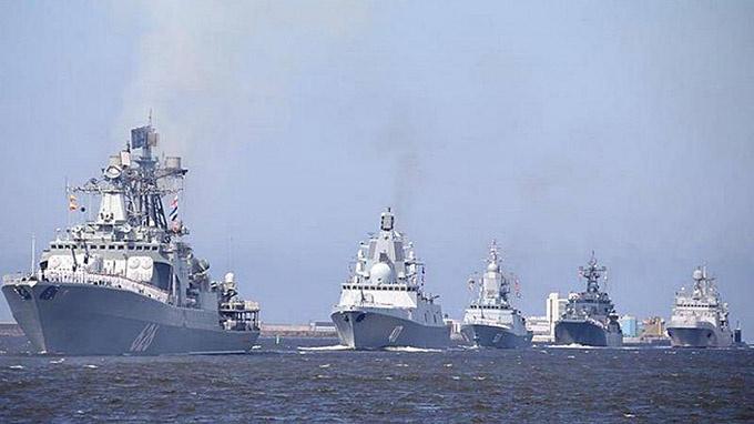 В строю ВМФ России находится более 210 надводных кораблей и катеров, около 70 подводных лодок.