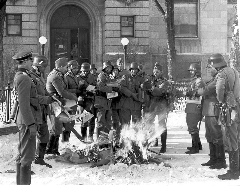 Выброшенные на улицу в ходе обысков книги сожгли.