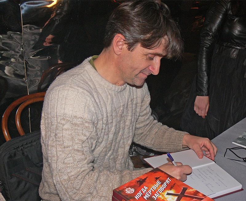 Деян Берич подписывает свою книгу.