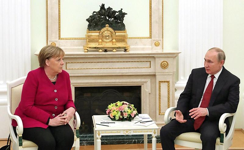 Федеральный канцлер Германии понимает по-русски, а президент России говорит по-немецки, потому уровень конфиденциальности и доверительности переговоров был высок.
