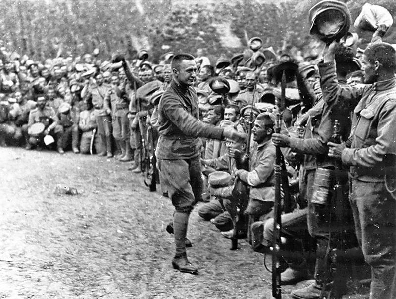 Керенский метался между двумя едва ли ни взаимоисключающими задачами: победить в Первой мировой войне и не допустить резкого укрепления армии.