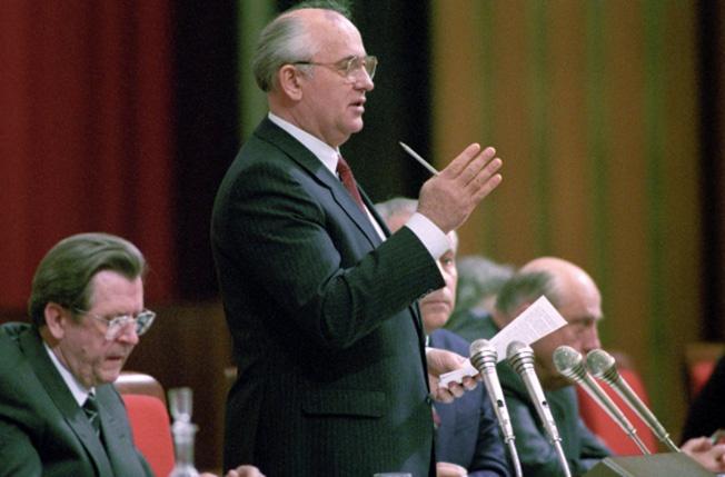 Генеральный секретарь ЦК КПСС, Председатель Верховного Совета СССР Михаил Сергеевич Горбачёв занял пост верховного правителя, не проведя прямых общенародных выборов.
