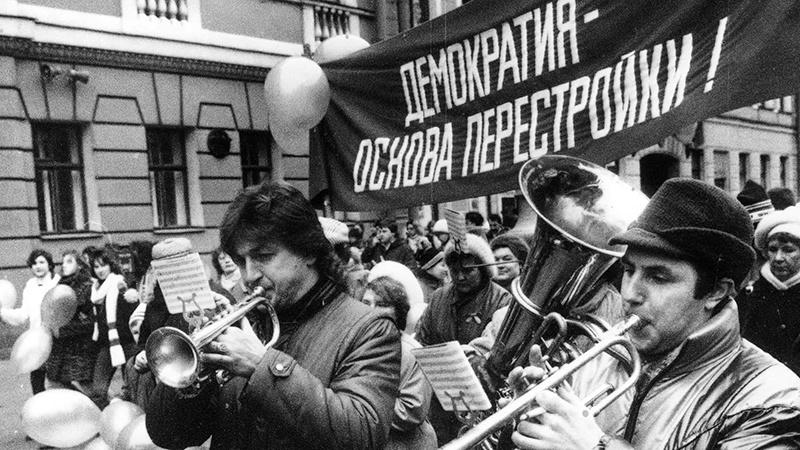 Перестройка: партноменклатуре - собственность, народу - похоронные марши.