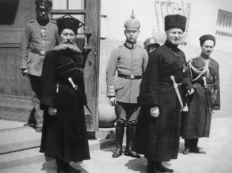 После революции 1917 года украинские сепаратисты стали заигрывать с Германией. А с развалом СССР - с Америкой.