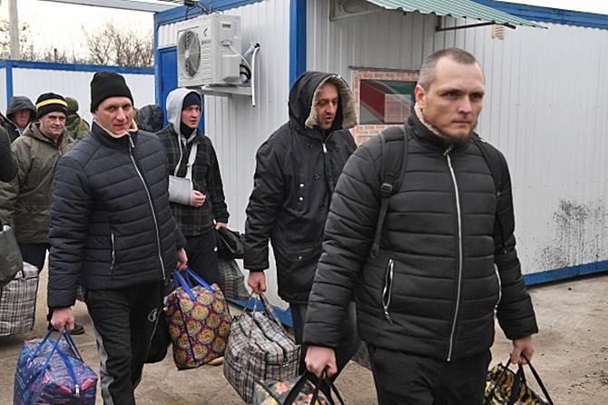 Пленные, возвращённые украинской стороной на КПП на окраине города Горловка в Донецкой области.