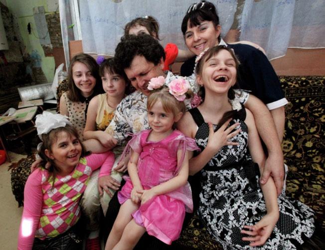 Демографический кризис в России могли бы поправить такие многодетные семьи, как семья Анатолия и Татьяны Шагиахметовых из Владивостока.