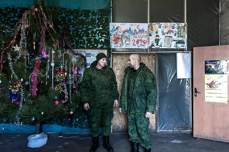 В расположении части бойцы украсили ёлку.