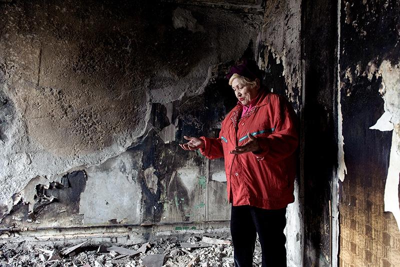 Работник коммунального хозяйства просто не представляет с какой стороны к этой квартире подступиться - настолько велик объём мусора от разрушенных стен.