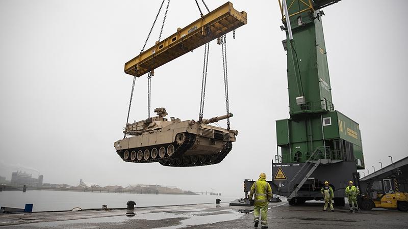 Погрузка танков для отправки в Европу на учения.