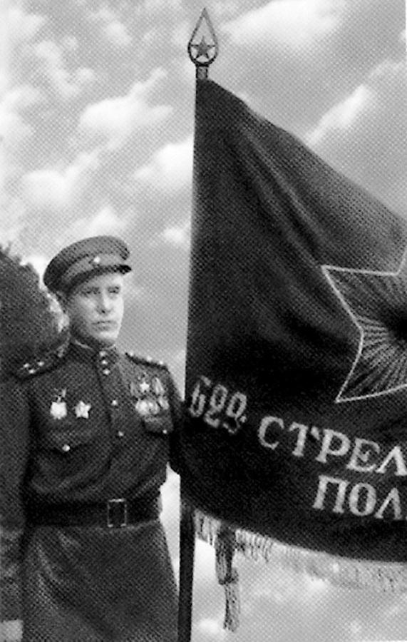 Полковник Алексей Кортунов со знаменем своего полка.