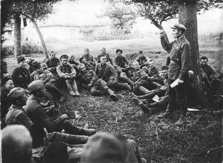 Командир 109-го Чонгарского стрелкового полка полковник Лапшов А.В. беседует с личным составом полка перед боем. Июль 1941 года.