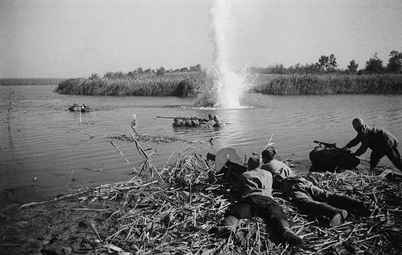 Форсирование реки Днепр советскими солдатами.