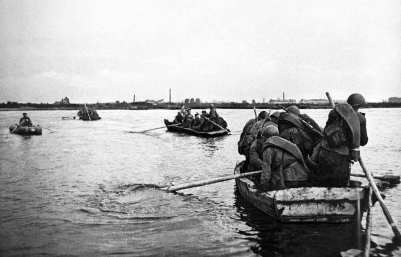 Советские солдаты форсируют на лодках реку Висла.