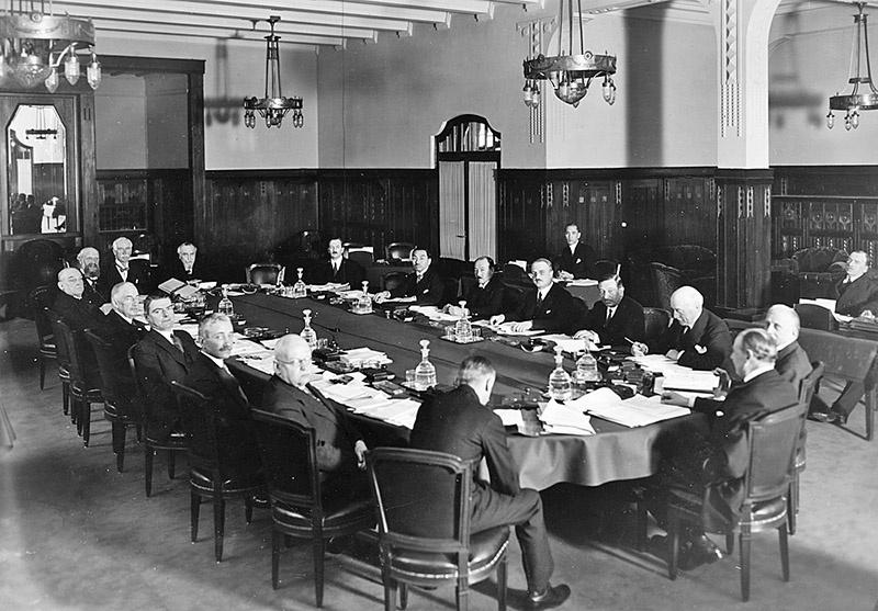 Среди клиентов Даллесов был и основанный в Швейцарии Банк международных расчётов, рассчитанный уже в 30-е годы для получения репараций от Германии, и который уже после объявления войны продолжал оказывать финансовые услуги Третьему рейху.