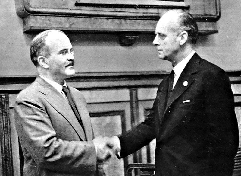 Молотов и Риббентроп после подписания Договора о ненападении.