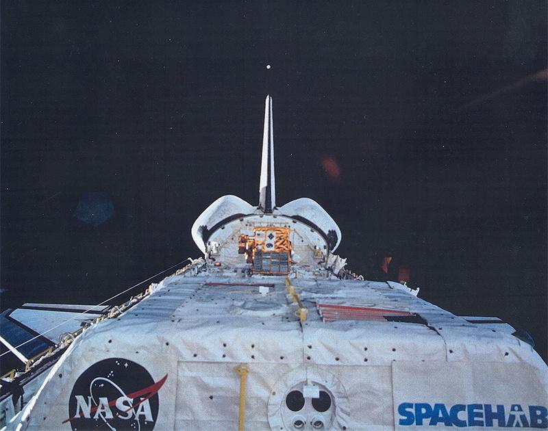 С борта американского космического корабля «Шаттл» производился последовательный отстрел трёх типов сфер диаметром по 15, 10 и 5 см.