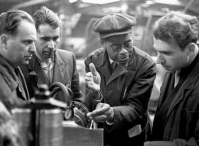 СССР помог США выйти из Великой депрессии: американский инженер на советском заводе. 1932 год.
