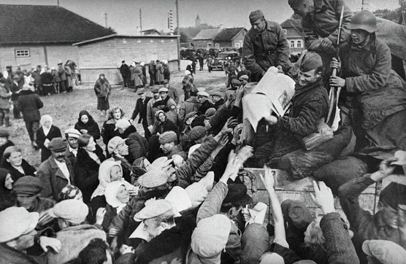 Жители Западной Белоруссии приветствуют Красную армию.
