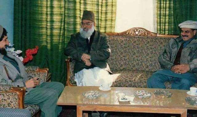 Фото 3. Масуд (слева) принимает в своём доме в Панджшере видного пакистанского разведчика Хамида Гуля (справа).