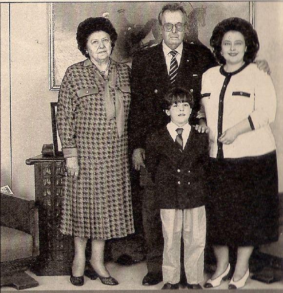 Владимир Кириллович был женат на разведённой Багратион (на фото слева). Его дочь Мария также развелась с принцем Гогенцоллерном. Его внук Георгий Гогенцоллерн - принц Прусский и в лучшем случае может претендовать на прусский престол, а не на российский.