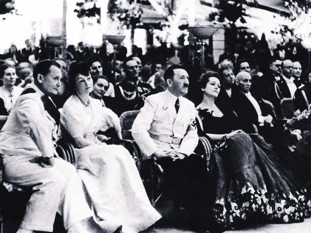 Адольф Гитлер с Ольгой Чеховой на торжественном приёме у Риббентропа. 1939 г.