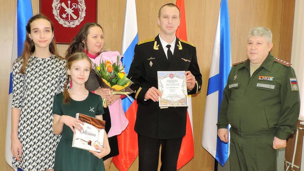Семья капитана 1 ранга Константина Земцова после вручения свидетельства на получение жилсудсидии.