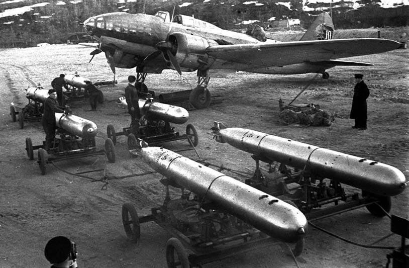 Погрузка торпед на самолёты.