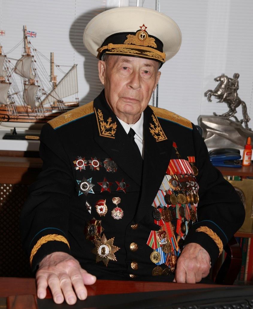 После ухода в отставку в 1985 году Минаков ощутил потребность писать.