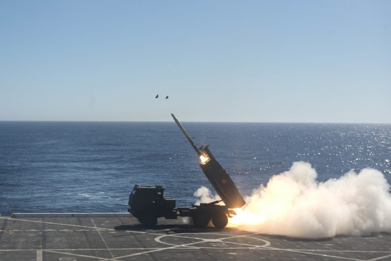 Ракетная установка морской пехоты HIMARS стреляет с палубы военного корабля USS во время учений Dawn Blitz 2017.