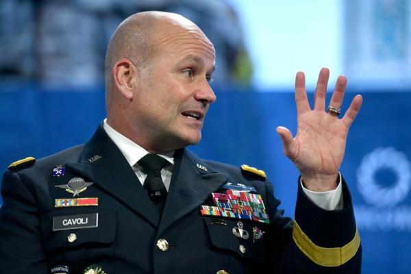 Командующий вооружёнными силами США в Европе генерал-лейтенант Кристофер Г. Каволи.