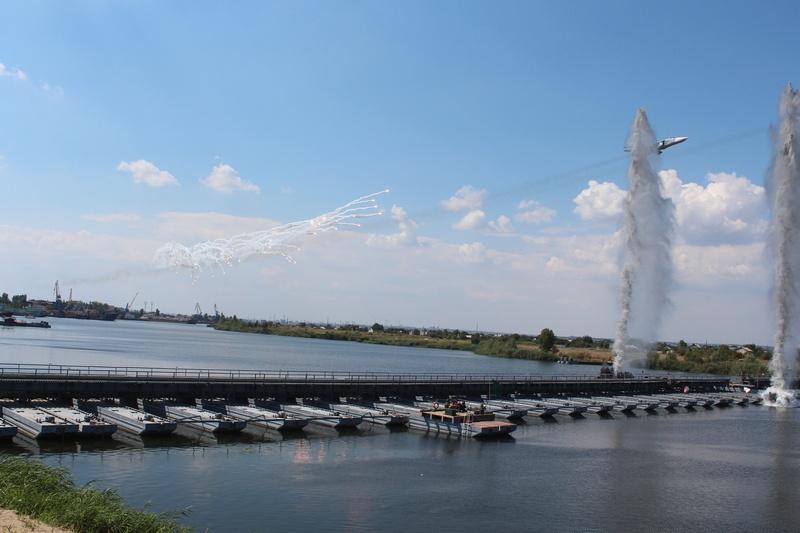 Вооружение мостовой переправы через водную преграду для армейских инженеров - привычное дело.