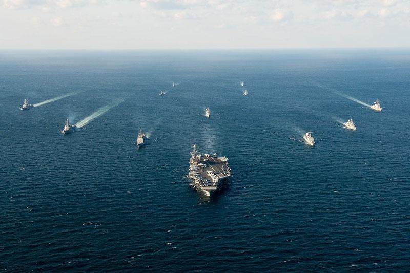 Авианосец USS John C. Stennis (CVN 74) и его ударная группа.