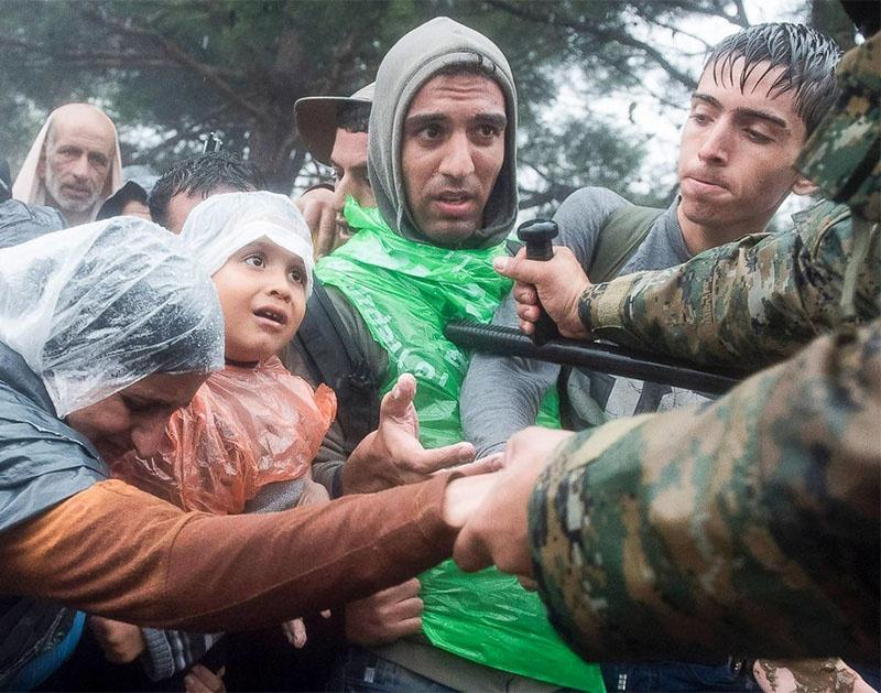 Сирийские беженцы пытаются перебраться в Грецию.